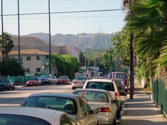 Das bekannte Hollywood-Schild - photographiert vom Sunset Blvd