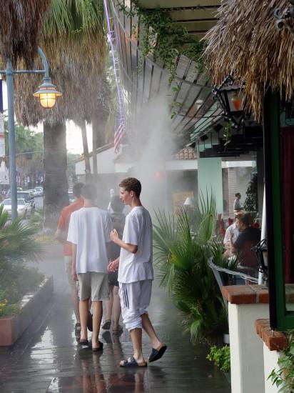 Abhilfe vor der Hitze - Abkühlung vor den Restaurants in Downtown Palm Springs