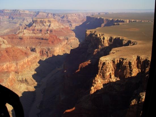 Der Grand Canyon vom Helikopter aus, unten ist der Colorado River zu sehen