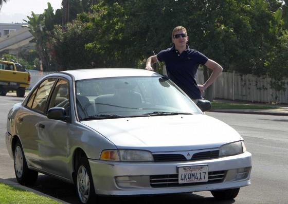 Thomas mit seinem Mitsubishi Mirage Mietwagen
