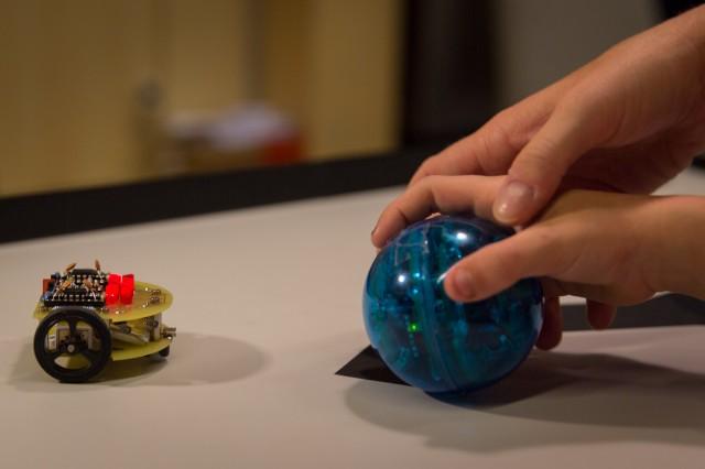 Lichtsuchender Roboter welcher der IR leuchtenden Kugel hinterherfährt
