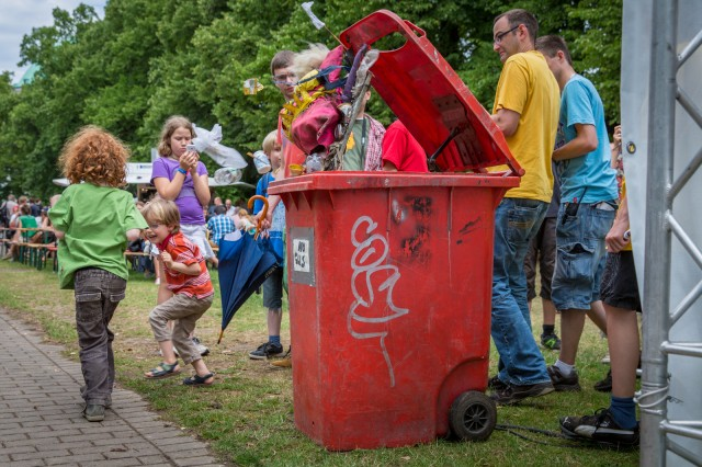 Die Mülltone von Kolja Kugler entledigt sich von ihrem Inhalt