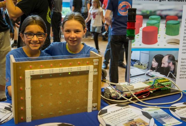 Elektronische Torwand aus der Ravensberger Erfinderwerkstatt mit den beiden Erfinderinnen