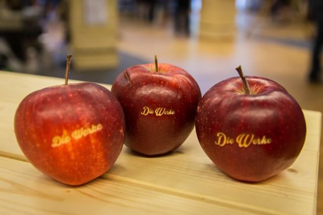 Gelaserte Äpfel der offenen Werktstatt Die Werke.